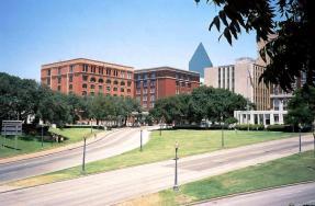dealey-plaza-2003-wikimedia-brodie319